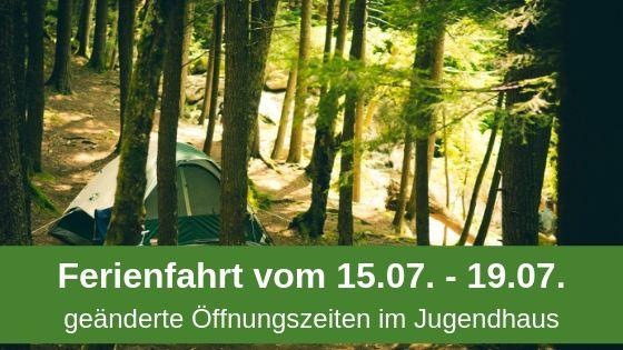 Zelt im Wald mit Text, dass das Jugendhaus auf Ferienfahrt ist.